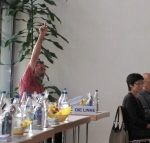 Kreisrat Johannes Müllerschön bei der Abstimmung über seinen Ergänzungsantrag. Foto: Volker Bohn