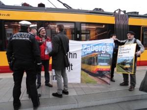 Kreisrat Müllerschön erläutert den versammlungsrechtlichen Unterschied, zwischen unangemeldetem Infostand und einem Begrüßungskomitee für die Stadtbahn Nord.