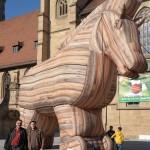 Johannes Müllerschön und Florian Vollert vor dem Trojanischen Pferd.