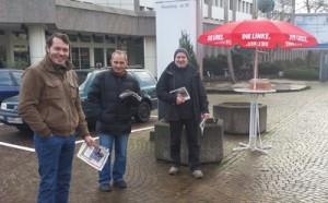 Alois Muth (Bildmitte) noch im April am Infostand vor dem Jobcenter.