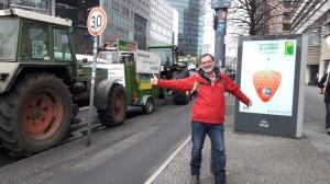 Kreisrat Müllerschön am 21.1.17 am Potsdammer Platz, zwischen bäuerlichem Protest und Werbebanner für die Grüne Woche.