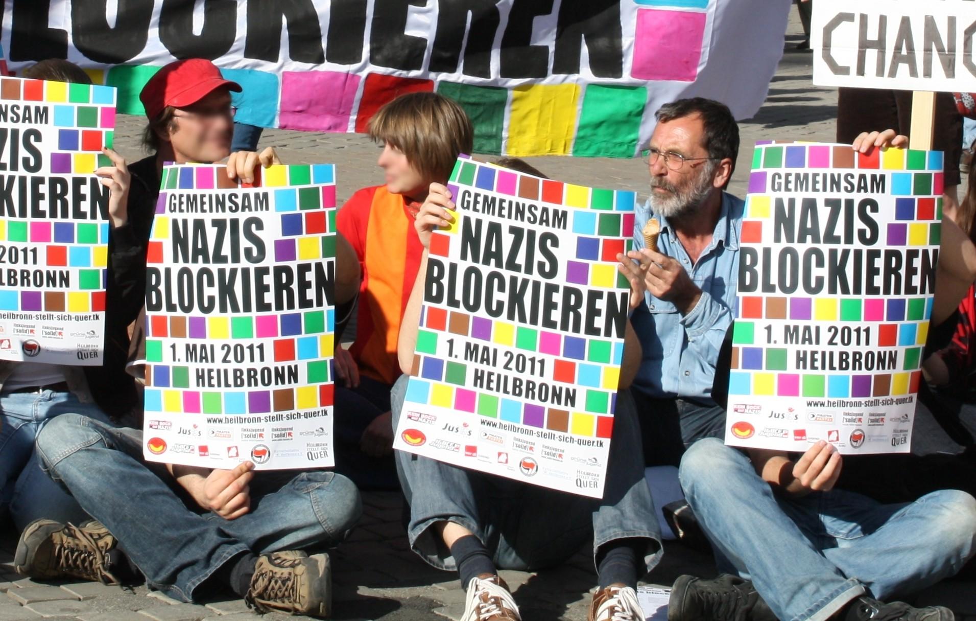 Kreisrat Müllerschön, beim öffentlichen Blockadetraining auf dem Kiliansplatz, zur Mobilisierung gegen die NAZIS am 1.5.2011