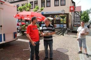 Möckmühls Bürgermeister, Ulrich Strammer, begrüßt seinen Kreistagskollegen, Johannes Müllerschön am Infostand.
