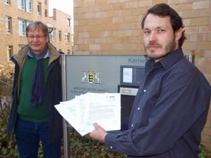 Kreisrat Florian Vollert übergibt beim Umweltministerium die Einwendungen. Neben ihm steht der Heilbronner Anti-AKW-AKtivist Franz Wagner.