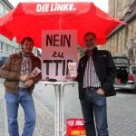 Florian Vollert und Johannes Müllerschön gegen TTIP auf dem Kiliansplatz. (Foto: Ralf Ritter)