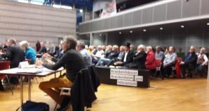 Empörte Einwohner aus dem nördlichen und südlichen Landkreis verfolgten die fast 4 stündige Kreistagsdebatte und demonstrierten gegen das Kliniksterben.
